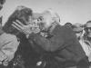Piero Taruffi całuje żone po zwycięstwie w Lancii D24 - 1954 rok
